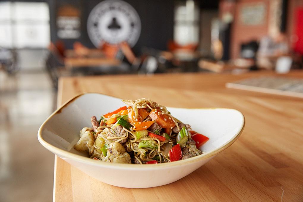 Su famoso wok de noodles y ternera.