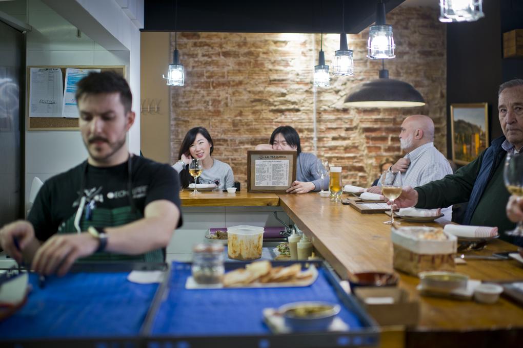 Además de en las mesas, también se puede comer en la barre con vistas a la cocina.