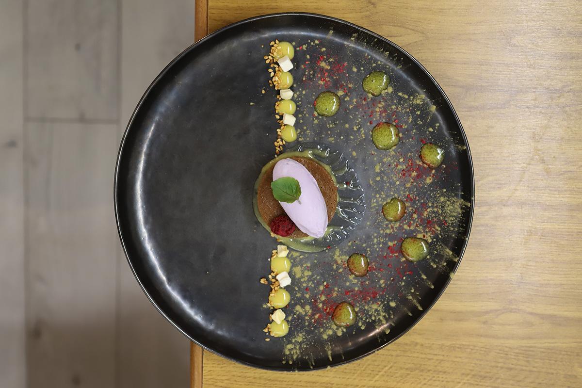 Bizcocho de especias con crema de té verde, lima y helado de violeta.