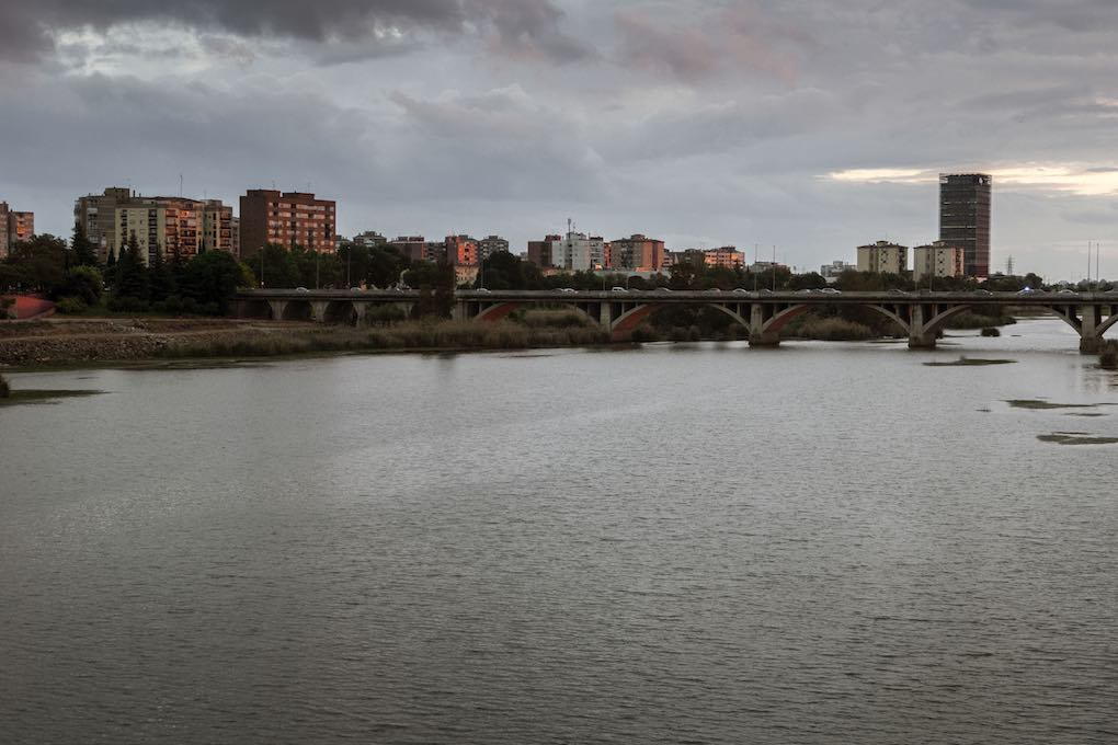 El puente Universidad, uno de los cinco que conectan los barrios pacenses.