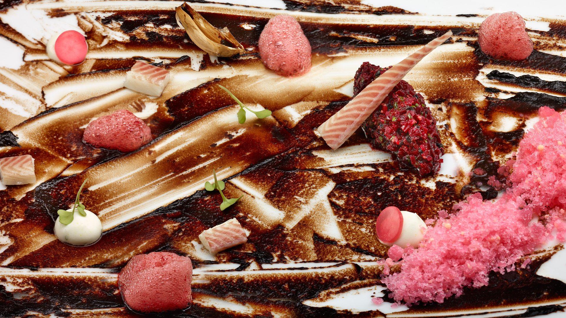 Plato estrella: Ajo negro salteado con ceviche de remolacha, granizado de rábano y crema raifort