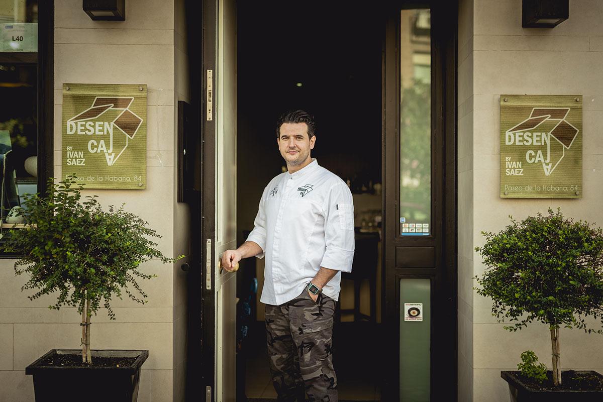El chef a la puerta del restaurante que ha supuesto su primera aventura en solitario.
