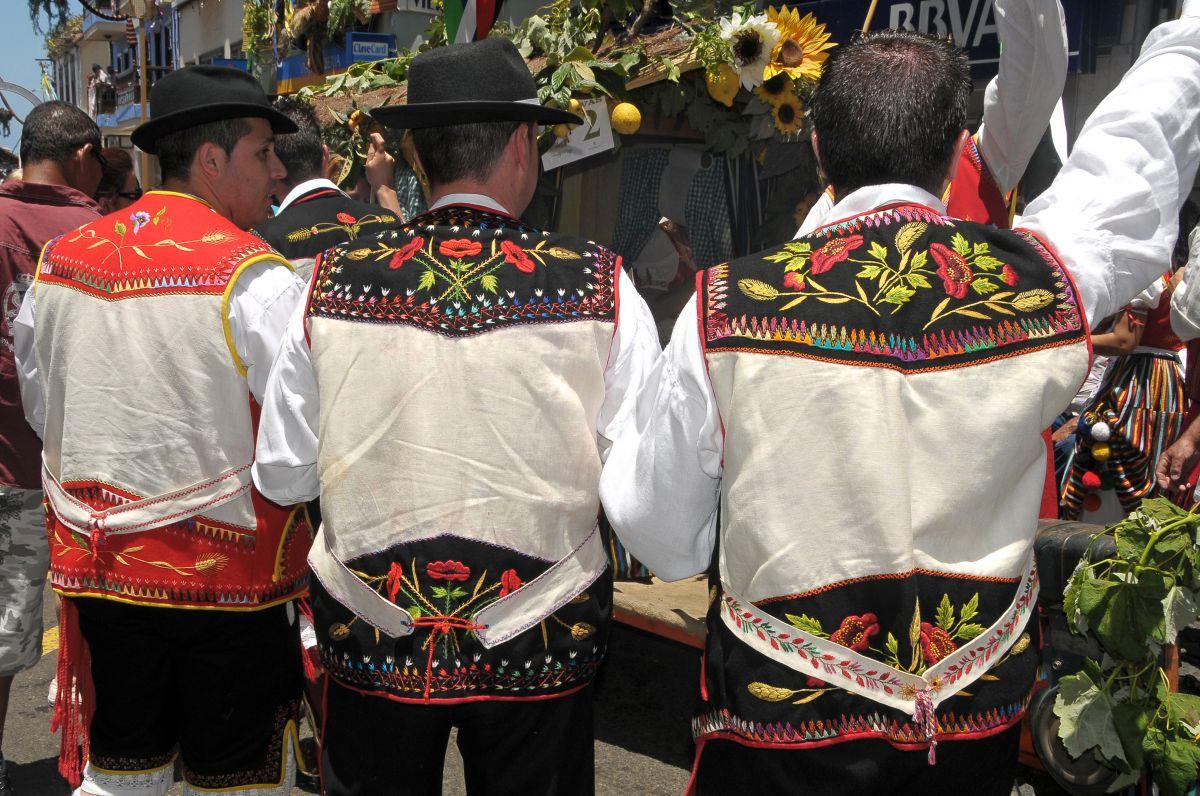 Vista de tres chalecos de mago durante la romería de San Isidro Labrador del municipio de Los Realejos, en Tenerife.