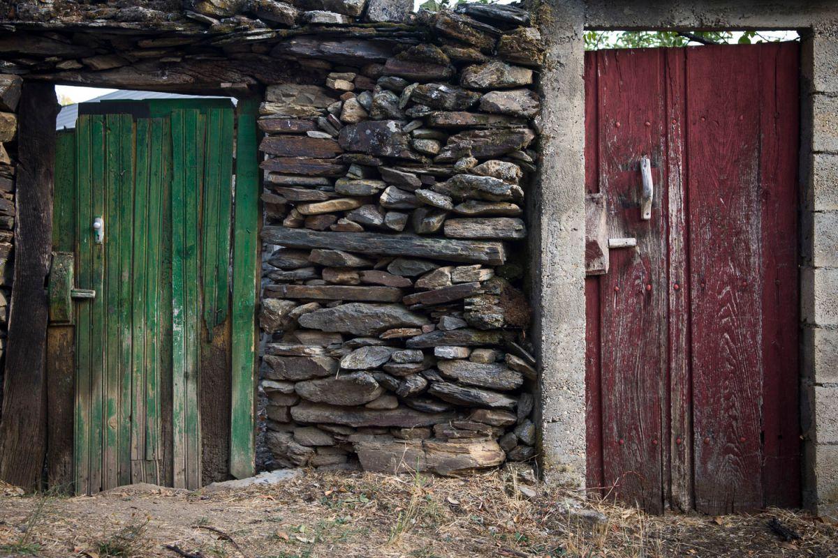Puertas de una casa española en Riohonor de Castilla con los colores de Portugal. Foto: Manuel Ruiz Toribio