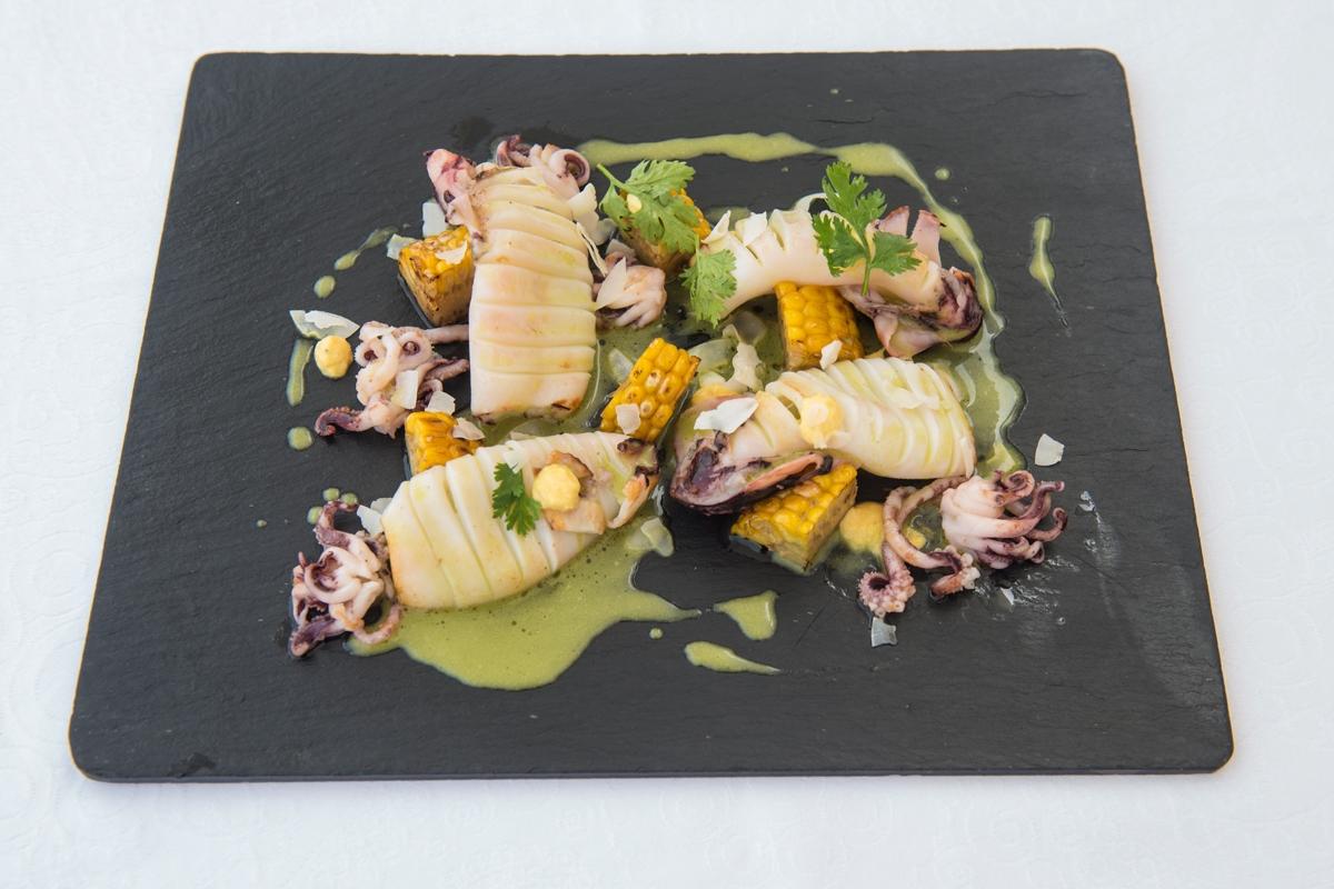Calamar a la salsa de curry verde tailandés y crema de maíz.