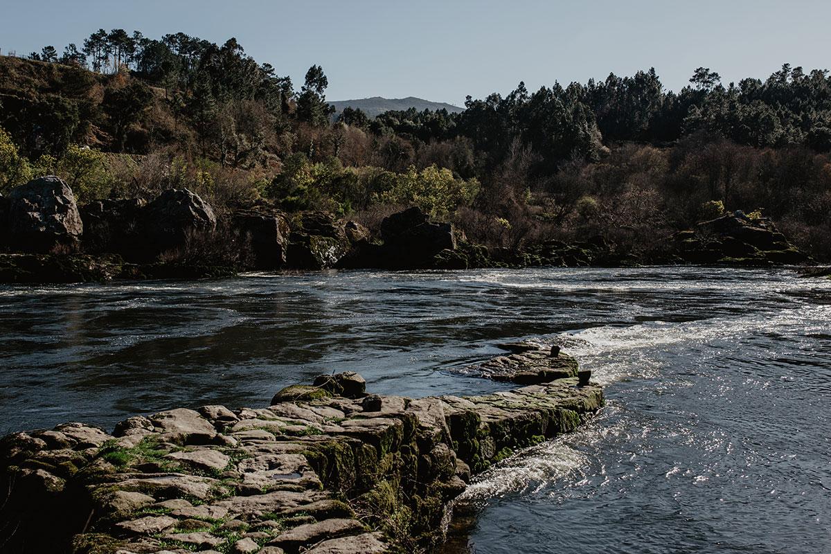 Una 'pesqueira' en el río Miño.