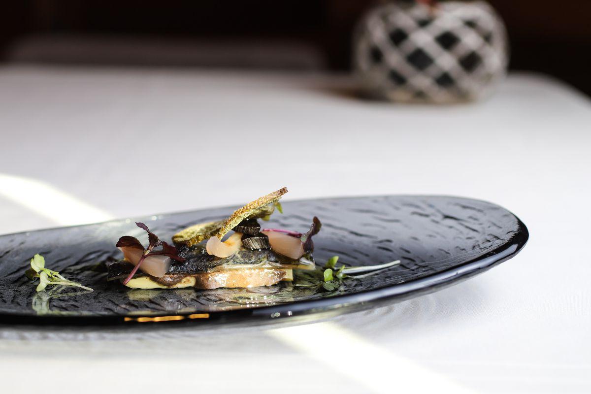 Lomo de sardina con aceite de oliva ahumado.