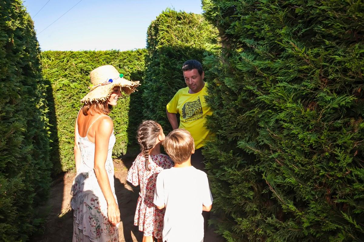 En el interior hay dos personas vestidas de amarillo que ayudan a los visitantes en caso de que quieran salir.