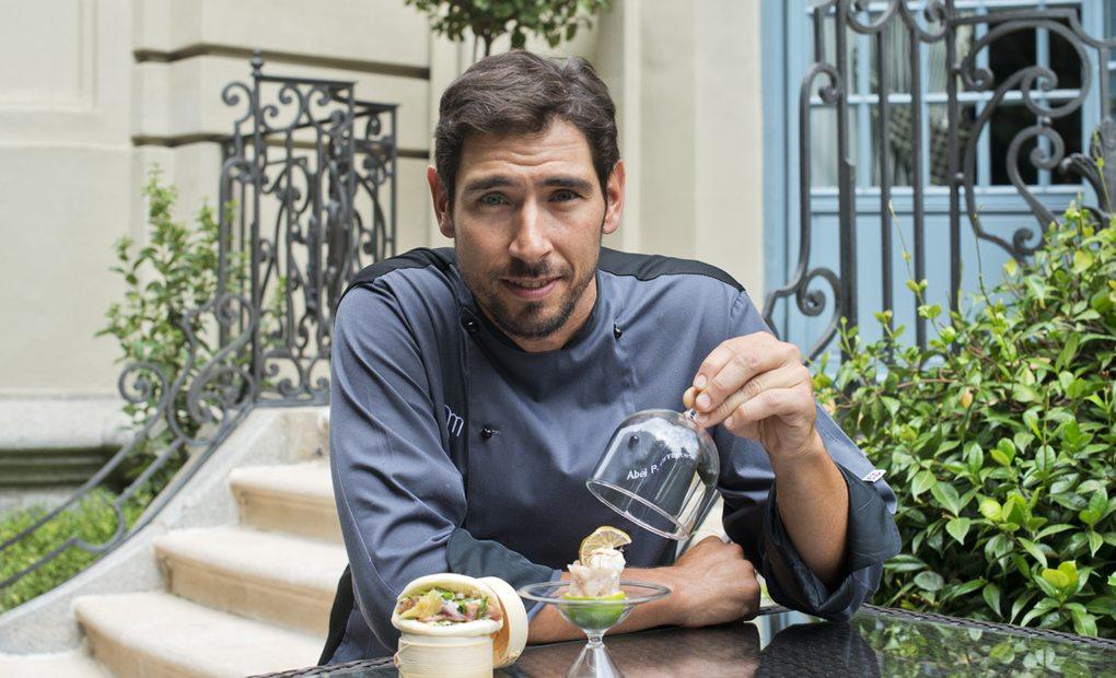 Abel P. Cervantes, chef del hotel Santo Mauro, con sus tapas.