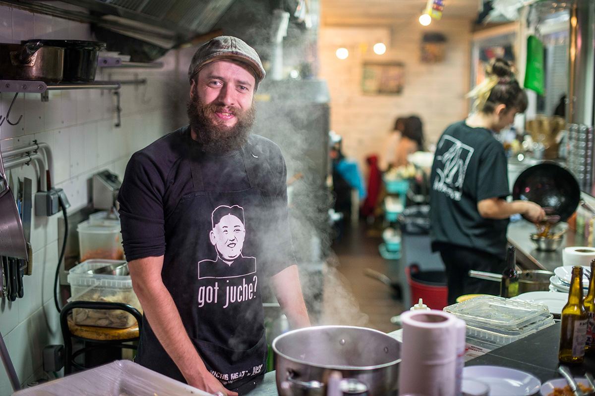 Txitxo, uno de los tres socios, en la barra de 'Kitchen 154'