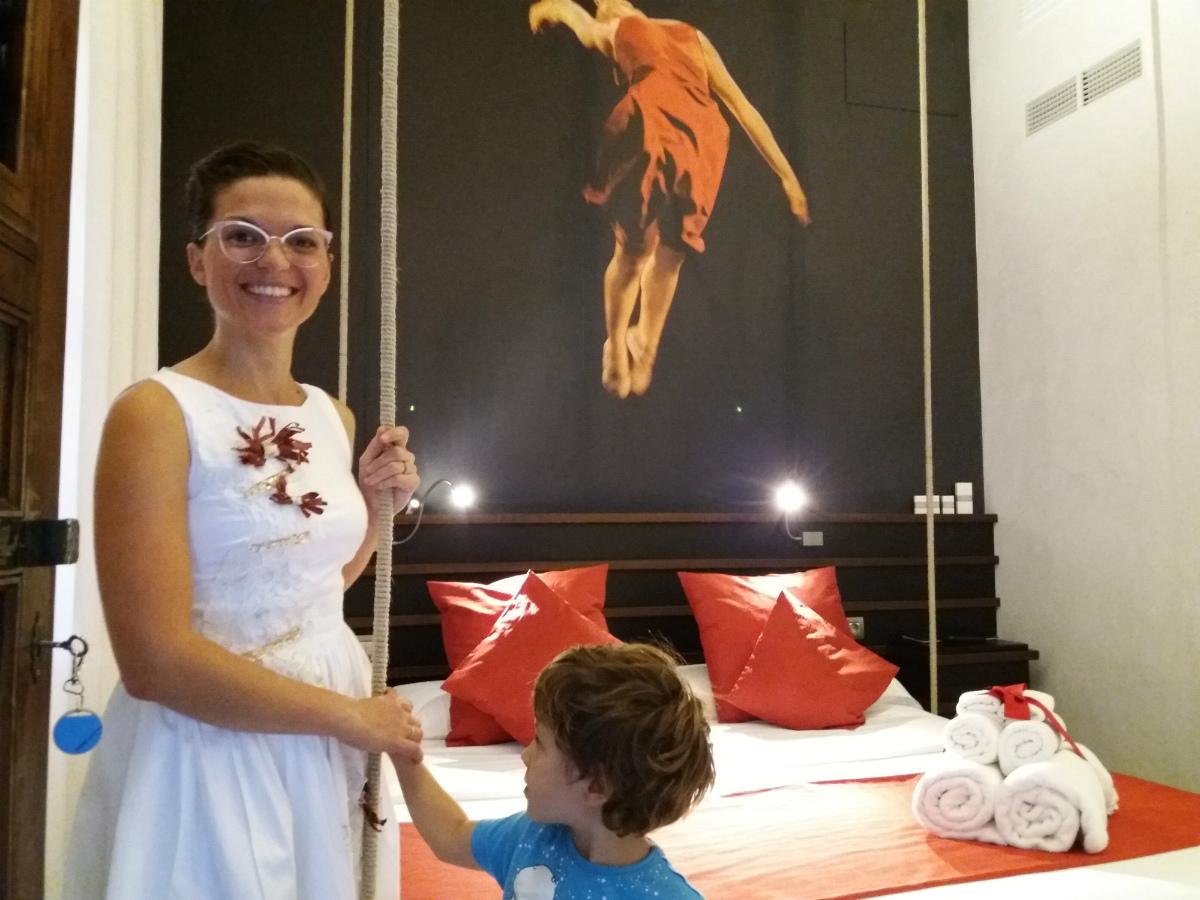 Lisa y su hijo en una de las habitaciones del hotel.