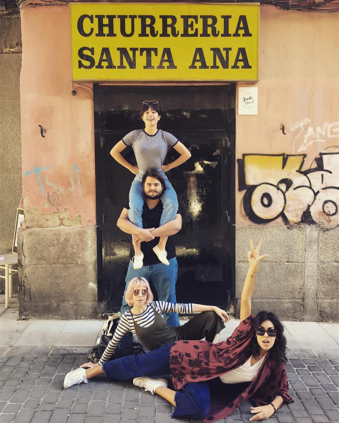 Bray Efe y algunas amigas frente a la 'Churrería Santa Ana' de Madrid.