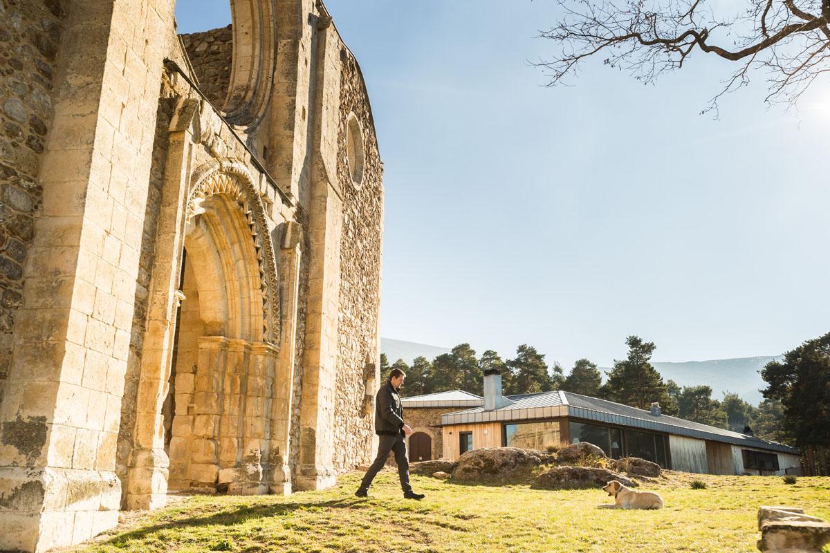 El taller se encuentra entre las ruinas del Monasterio de Santa María de la Sierra, en Segovia.