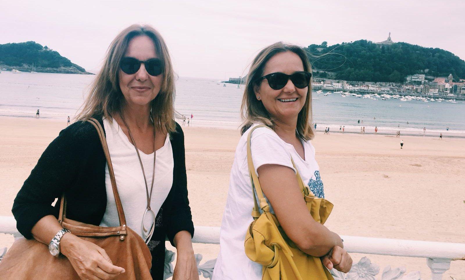 María Dueñas con una amiga en la playa de la Concha de Donosti.