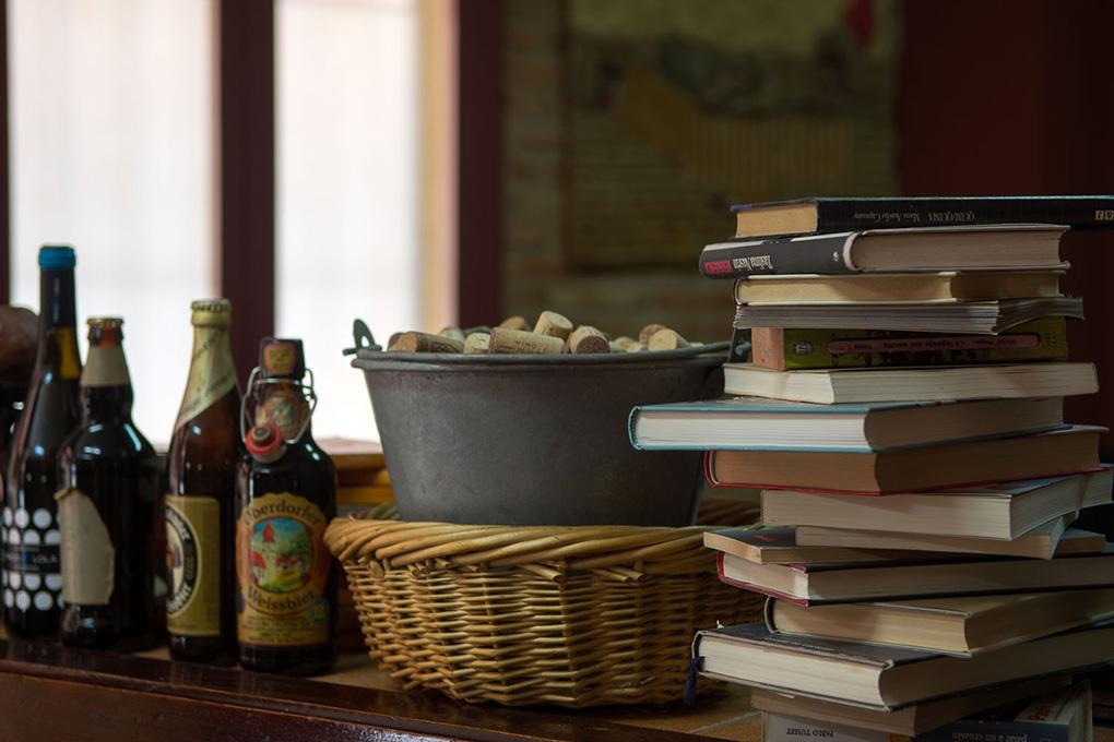 Llaman la atención los libros repartidos en todos sus rincones.