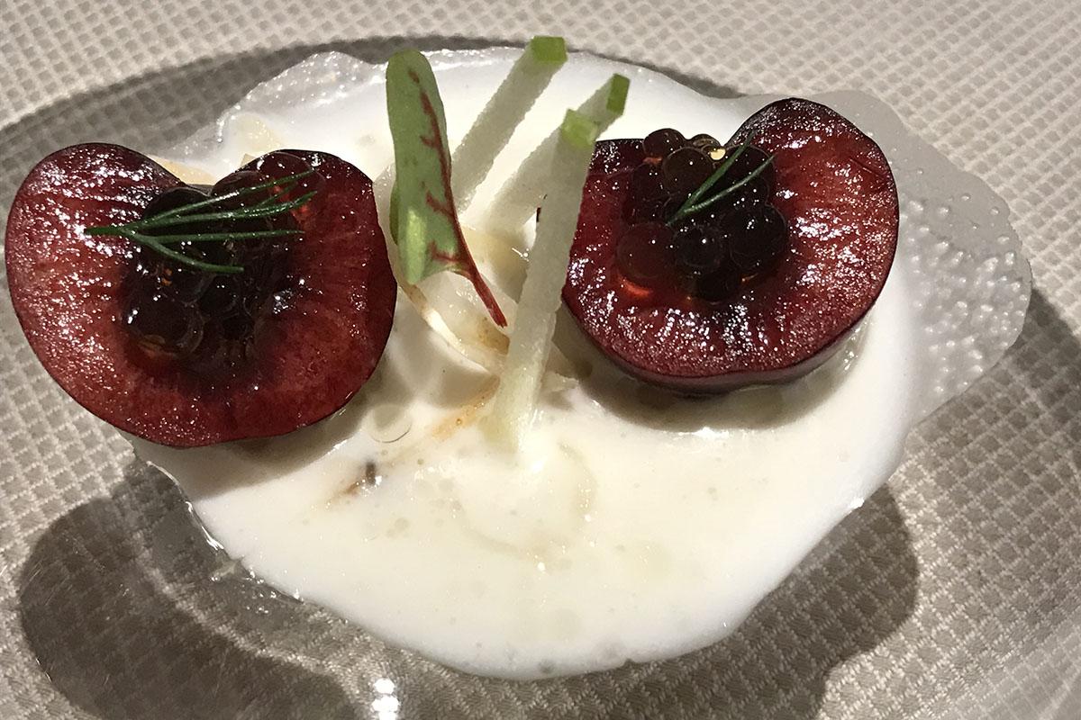 Ajoblanco de almendras con cerezas y arenques, perlas de palo cortado y manzana verde.