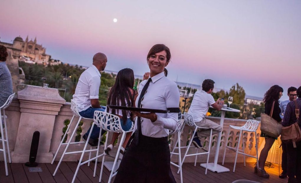 Camarera en el Rooftop del Hotel Hostal Cuba