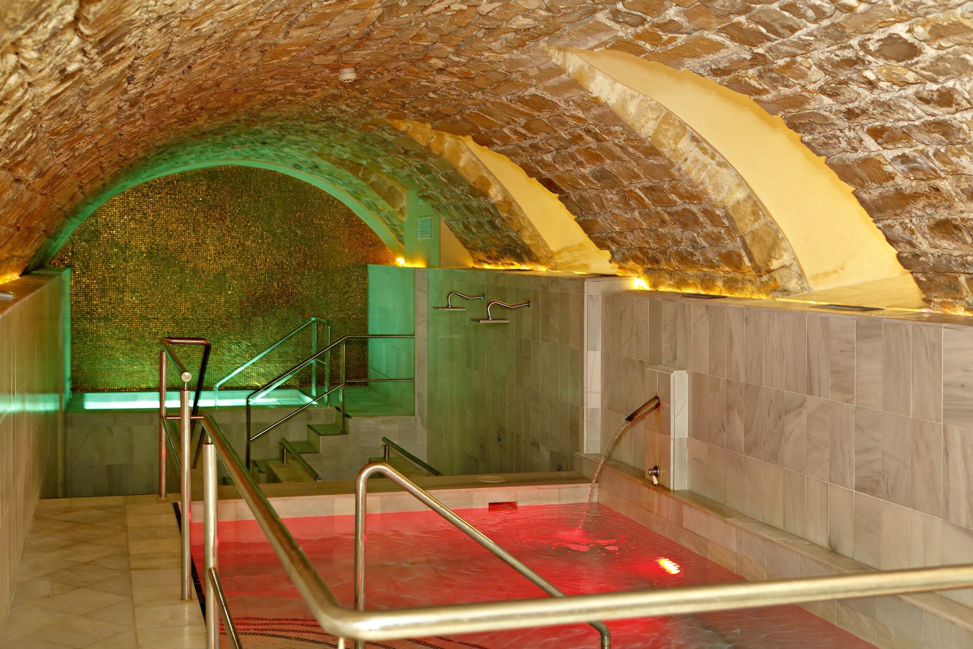 Las piscinas de agua fría y caliente del 'spa' están situadas en la zona antigua de las termas.
