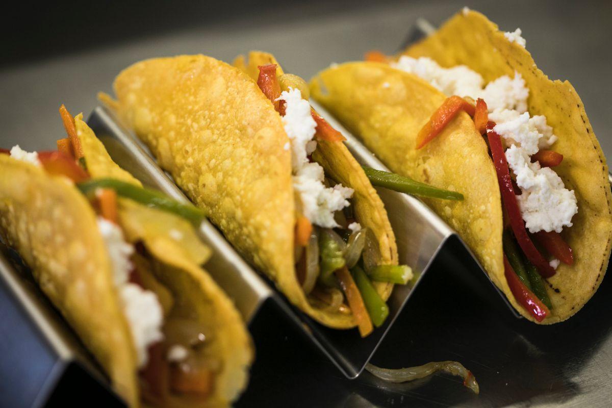 Tacos mexicanos (pimiento, cebolla, pollo, alubias pintas y cebolla criollita) con guarnicion de champiñones mágicos.