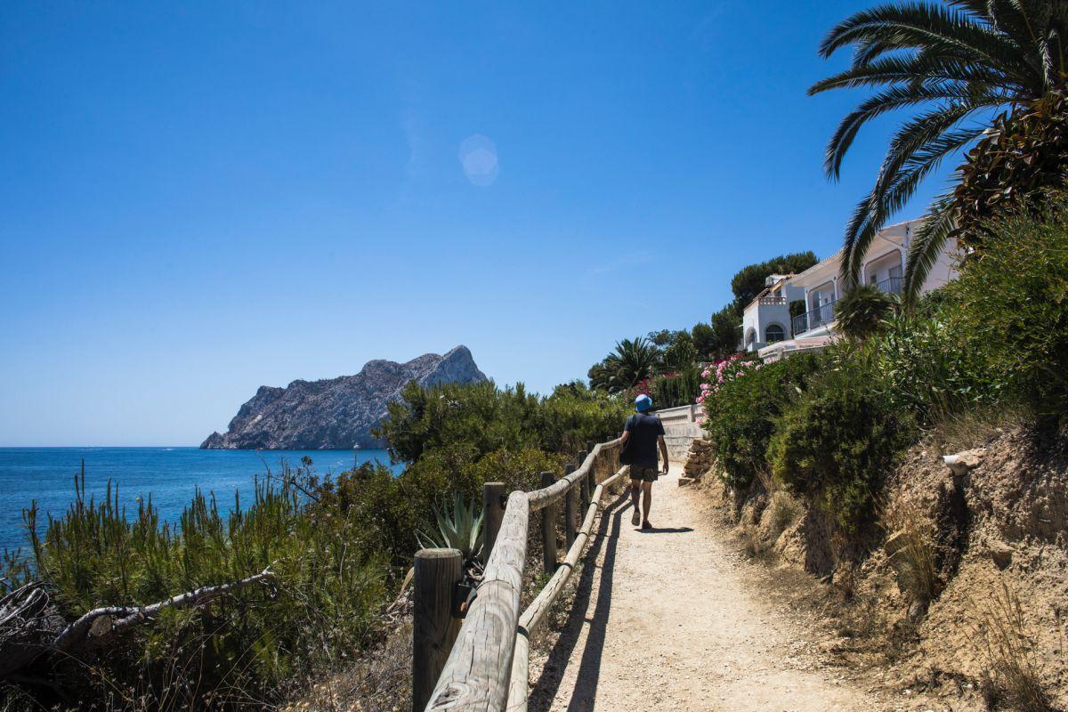 Paseando por la cala Mallorquín, en Calpe, Alicante.