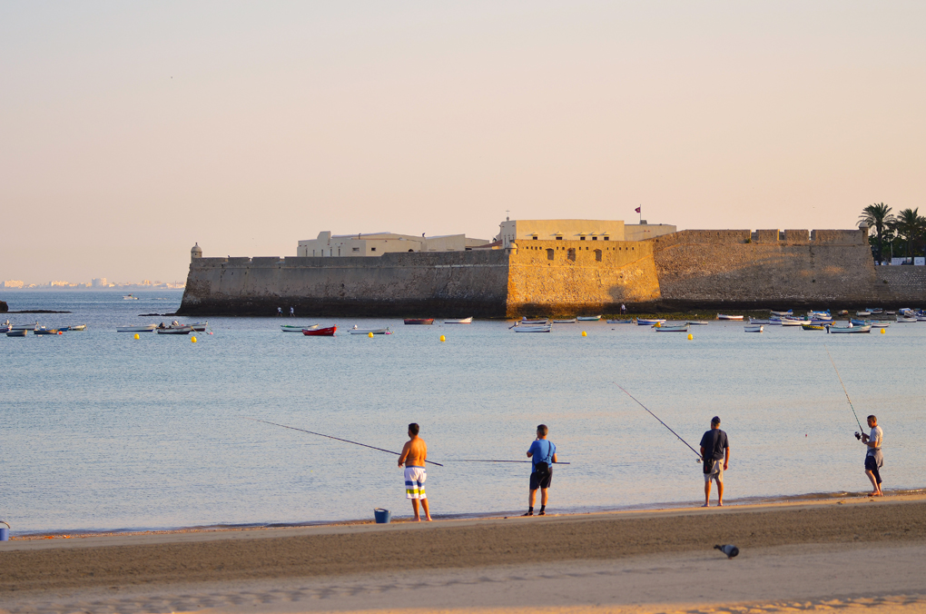 Pescadores en La Caleta. Foto: David Ibáñez Montánez / Patronato de Turismo de Cádiz.
