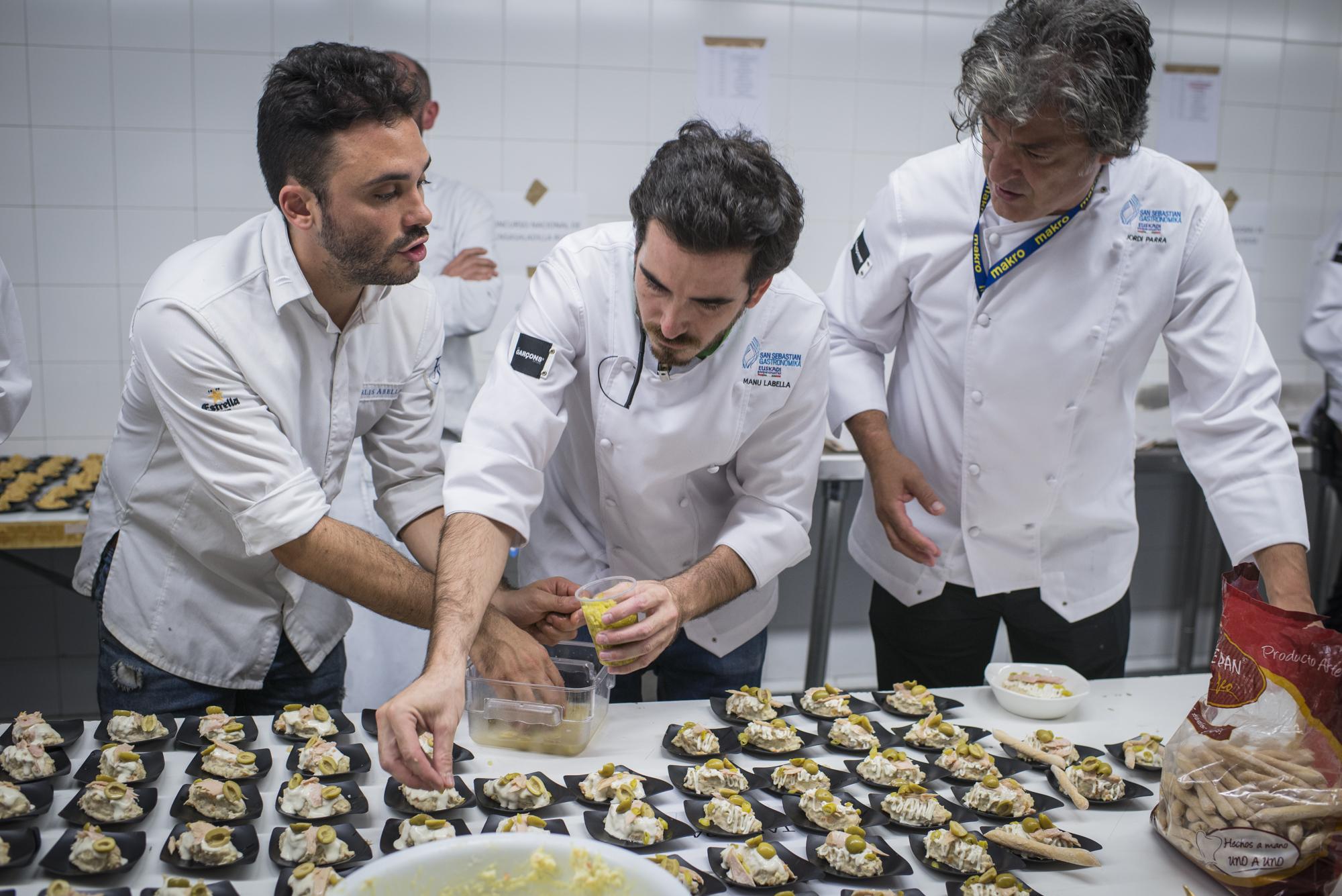 El equipo ganador de 'Tapas 24' preparando las ensaladillas para el concurso.