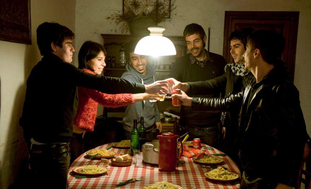 Los integrantes de Dorian cenando en una masía. Foto: Rafa Ariño.