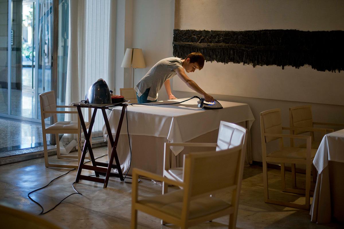 Preparando la sala concienciudamente. Foto: Sofía Moro