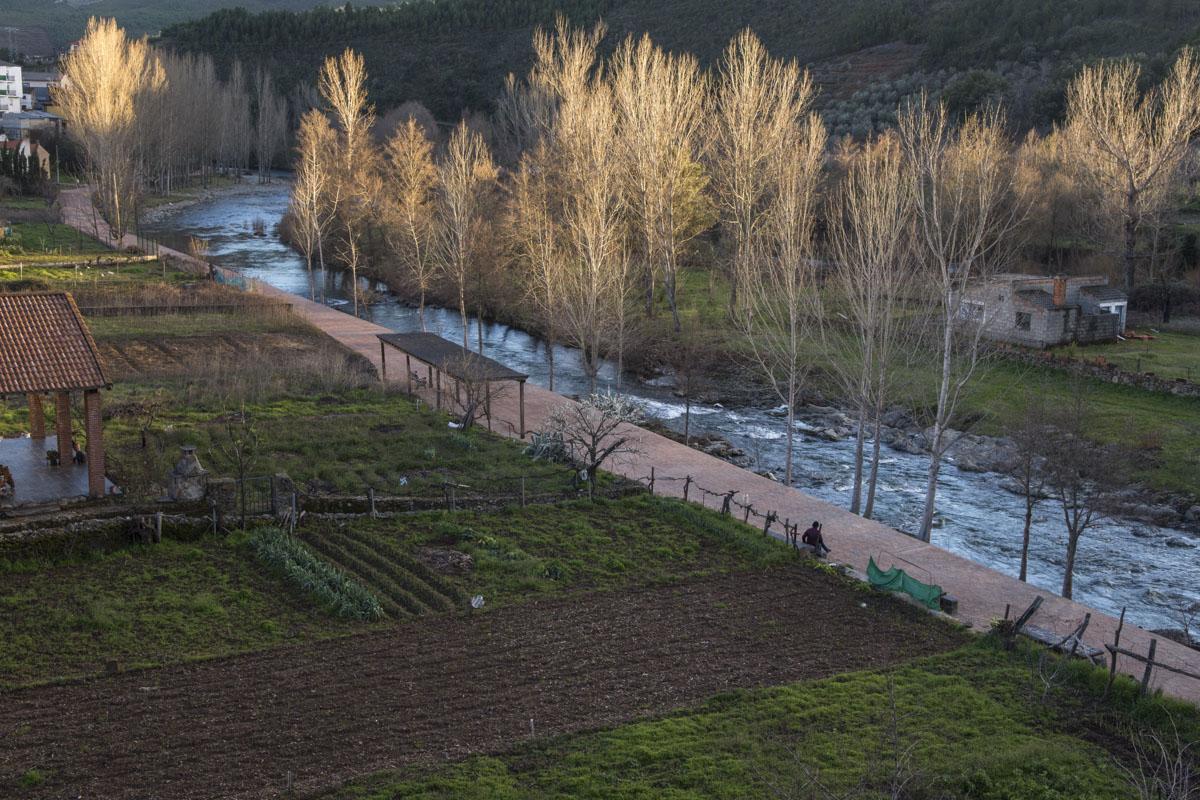 El río Esperabán a su paso por Pinofranqueado, donde uno puede sentarse a escucharlo.