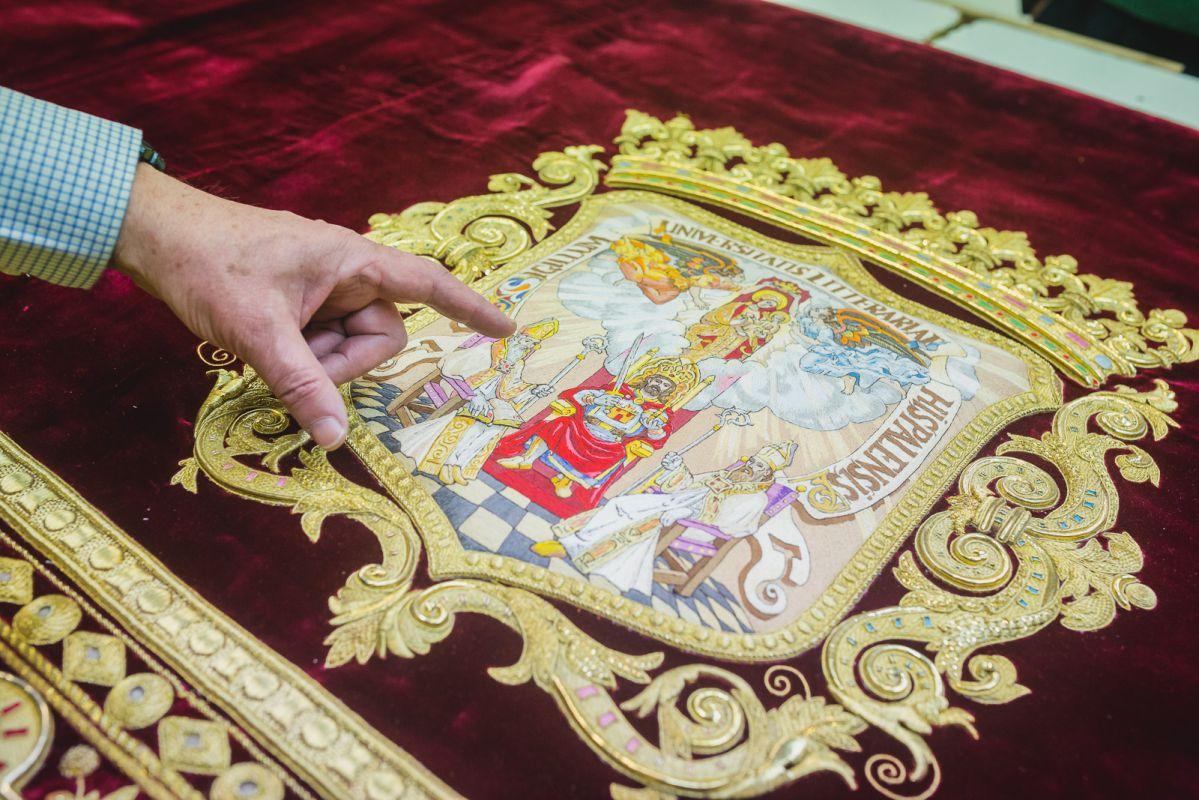 Detalle del escudo de Sevilla en el faldón del palio de la Hermandad de Los Estudiantes, realizado sobre terciopelo de Lyon.