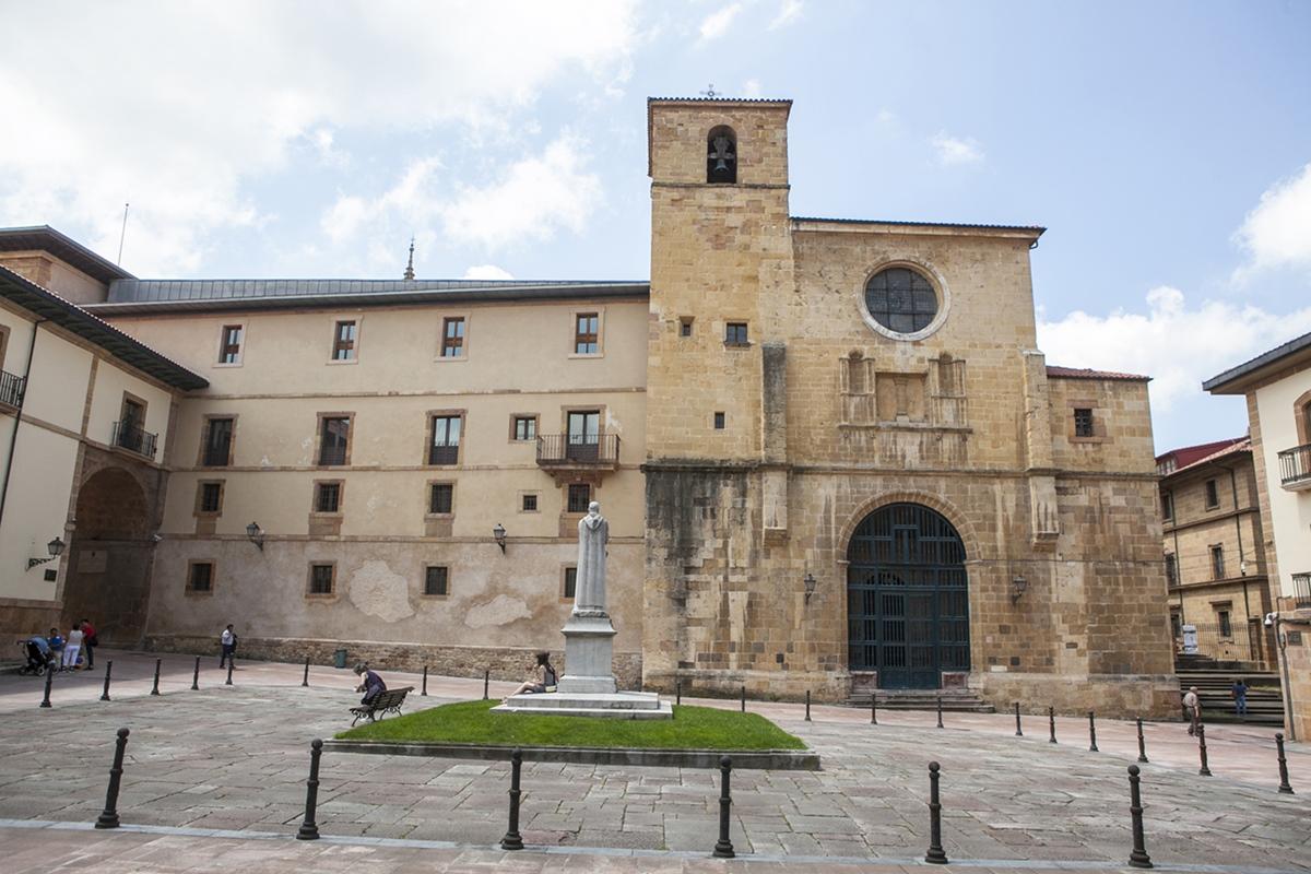 La plaza del padre Feijóo con el filósofo mirando a su celda.