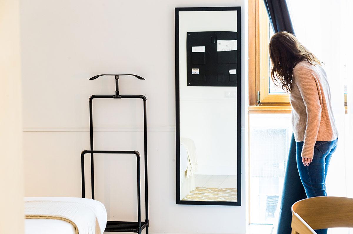 Materiales naturales y minimalismo en las habitaciones.