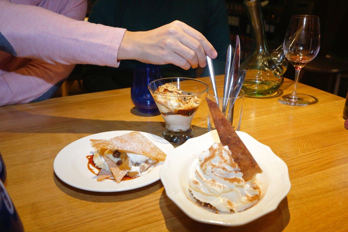 Los postres 'top': la tarta de manzana con oblea, el almendrado Ramonísimo y la espuma de arroz con leche.