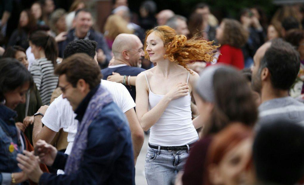 Todos los transeúntes están invitados a demostrar su talento con los bailes de salón. Foto: Cedida por los Veranos de la Villa.