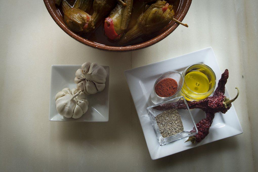 Ajos, pimentón, aceite de oliva... todo los ingredientes para unas berenjenas en Almagro.