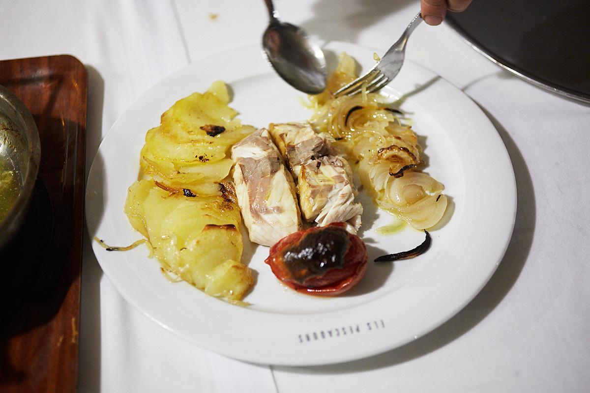 Dentón de Arenys de Mar al horno con patata, cebolla y tomate en aceite de oliva virgen extra.