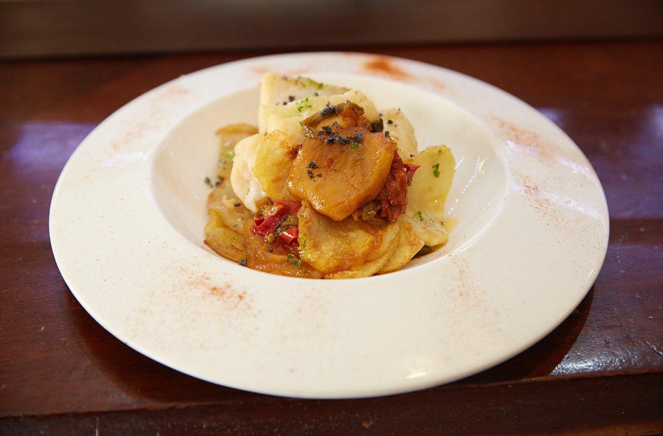 Restaurante 'Quattros'. Plato: Bacalao al horno con patatas.