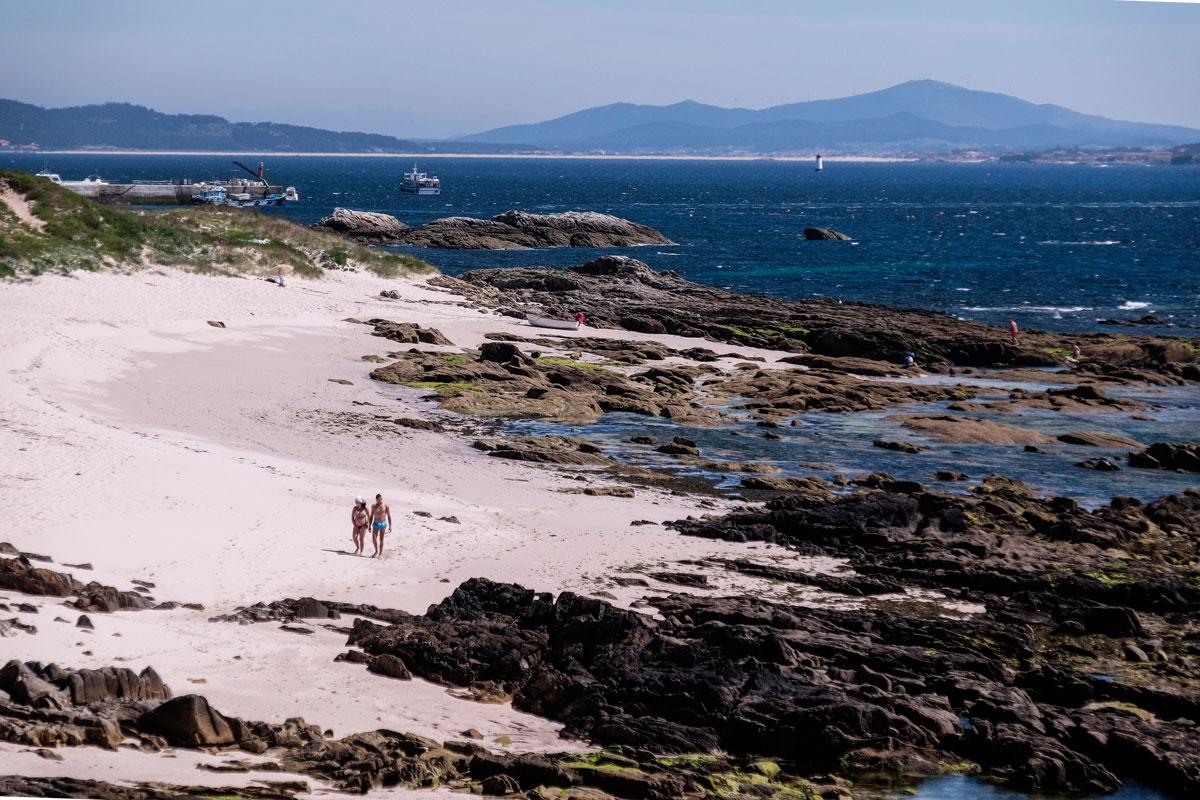 Las primeras playas que aparecen en la ruta sur invitan a bajarse de la bici y dar un paseo.