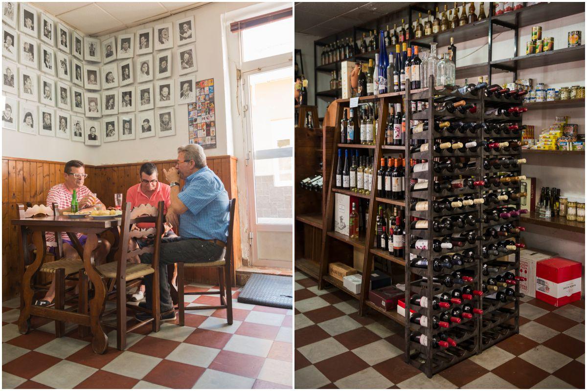 Un grupo de paisanos beben unos vinos en 'La Bodega Lloret' en La Unión, Murcia.