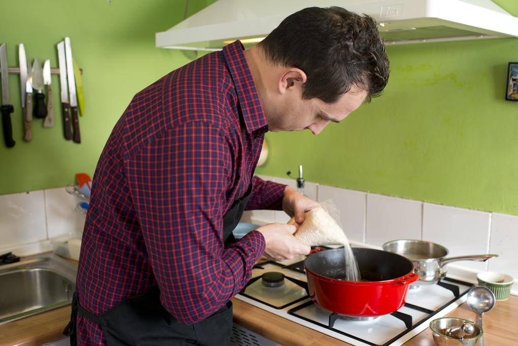 Salpimentar un poco los salmonetes y colocarlos sobre el arroz en cuanto rompa el hervor.