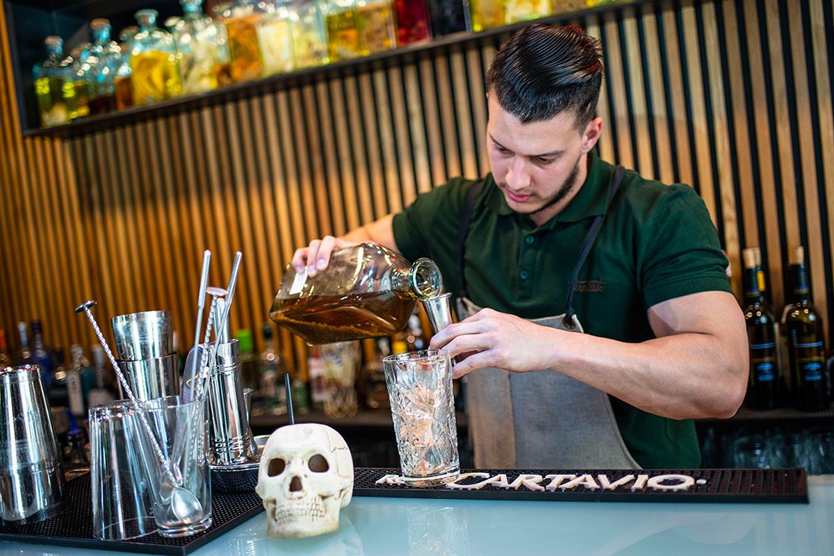Preparando un cóctel en un local clásico de Madrid: Tiradito.