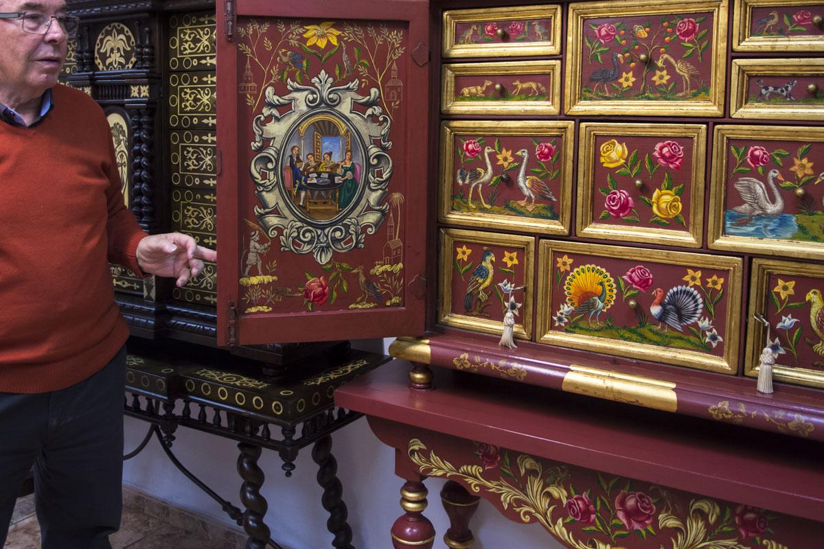 El artista muestra un bargueño con motivos valencianos.