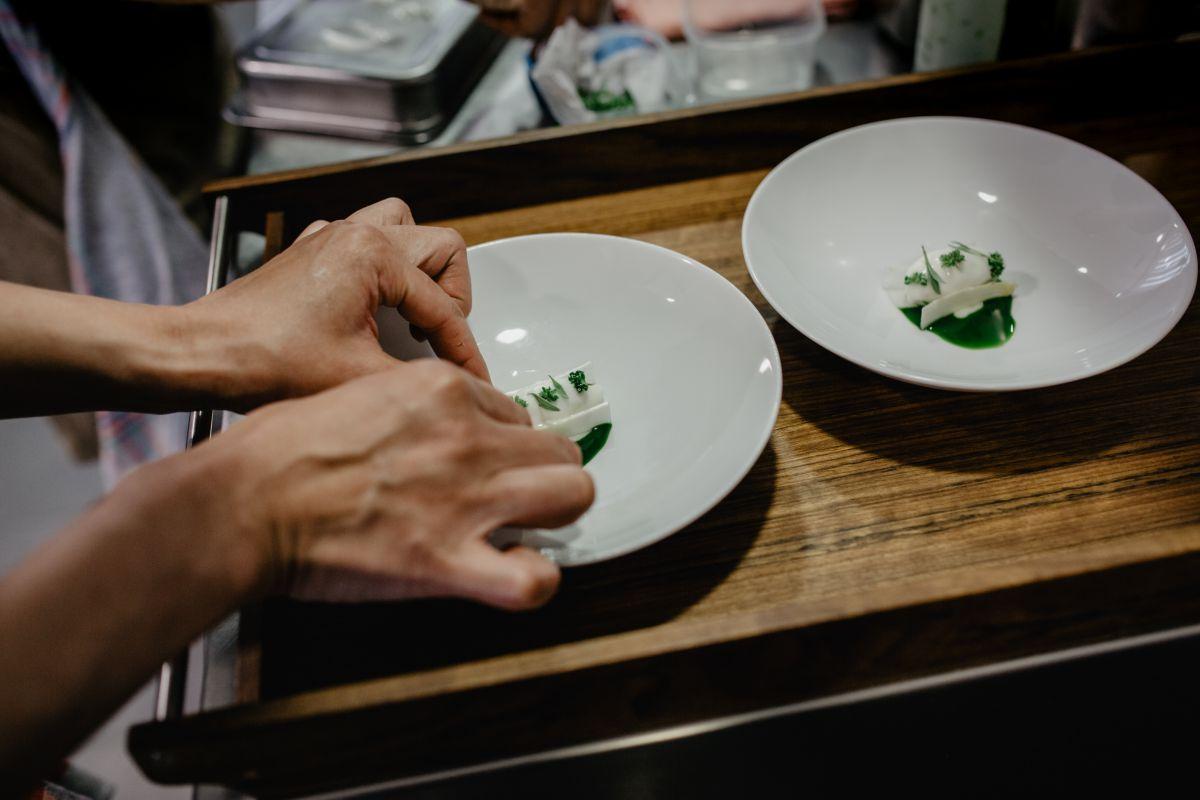Montando el plato del espárrago de mar en el restaurante 'Culler de Pau', en O Grove, Pontevedra.