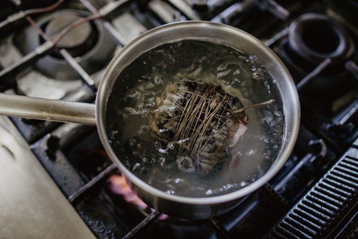 Preparando la lamprea en el restaurante 'Os Pirús'.