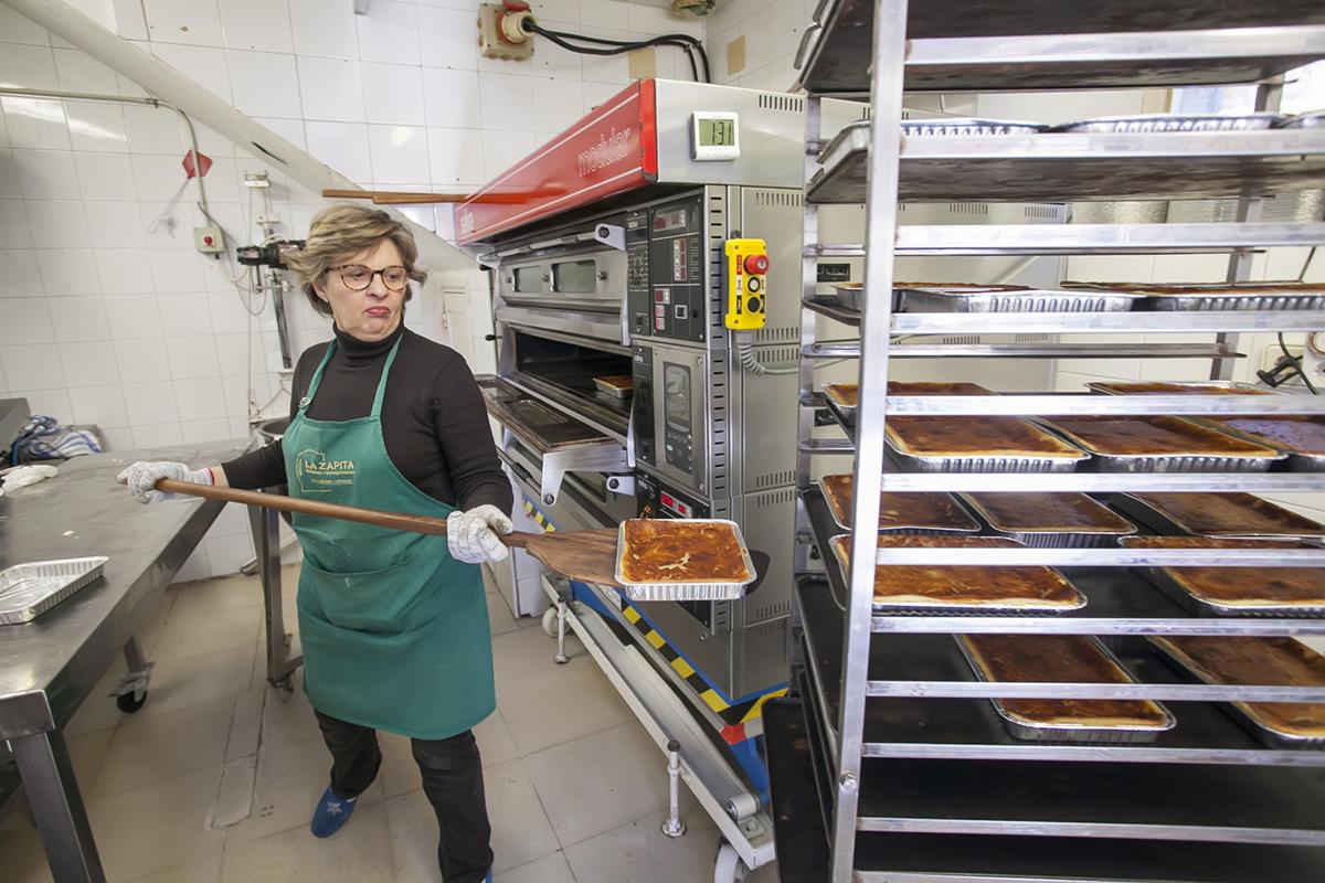Maximina saca la quesada a enfriar, una de las siete maravillas de la cocina nacional.