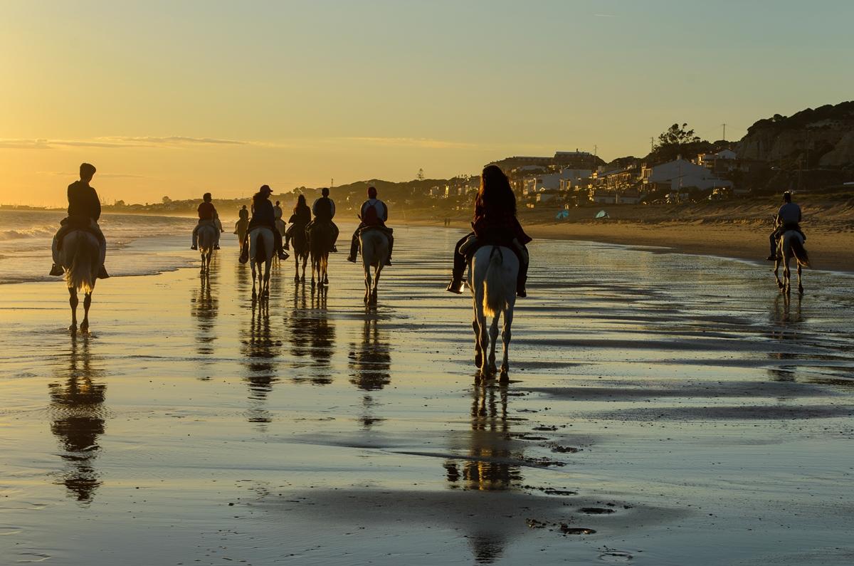 Un paseo a caballo por la playa de Mazagón siempre es un buen plan. Foto: Shutterstock