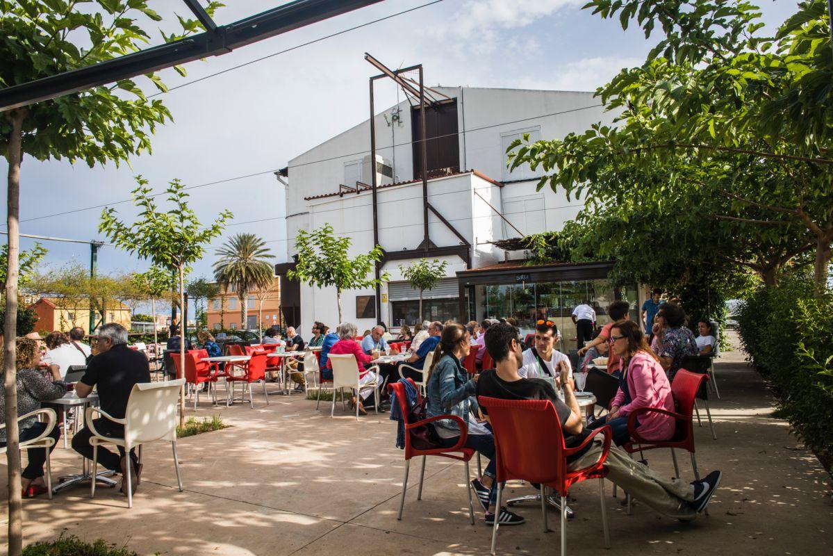 Clientes sentados en la terraza de la horchatería Sequer lo Blanch, en Alboraya, Valencia.