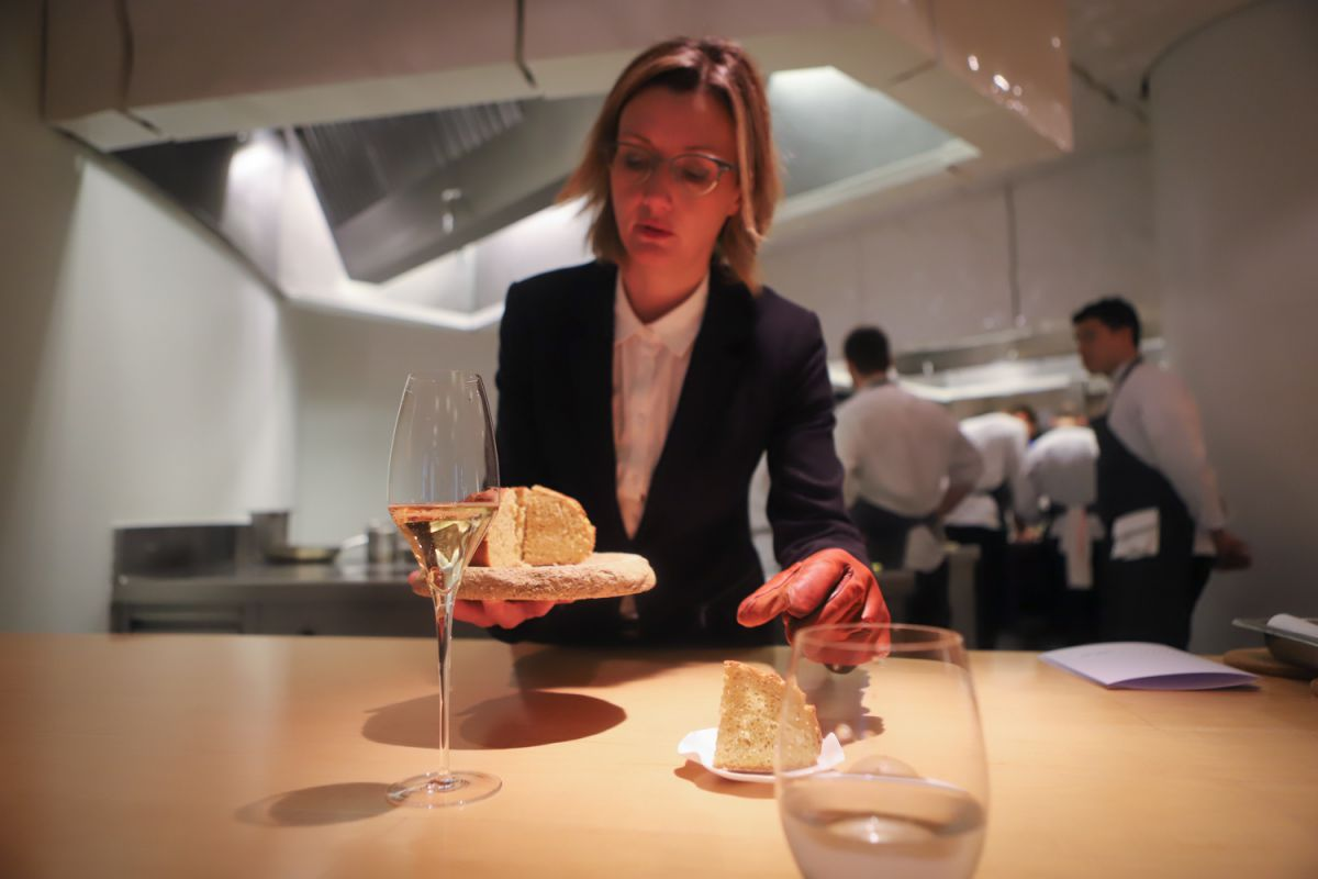 La maître Estafanía Giordano sirve el pan de maíz de Gamiz.