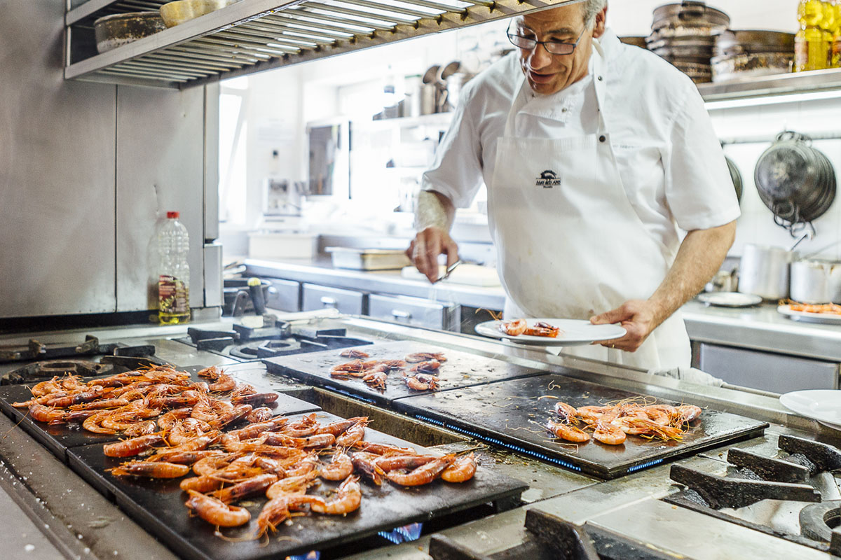 Antoni Izquierdo preparando el menú de gamba a la plancha en su restaurante 'Mas dels Arcs'.