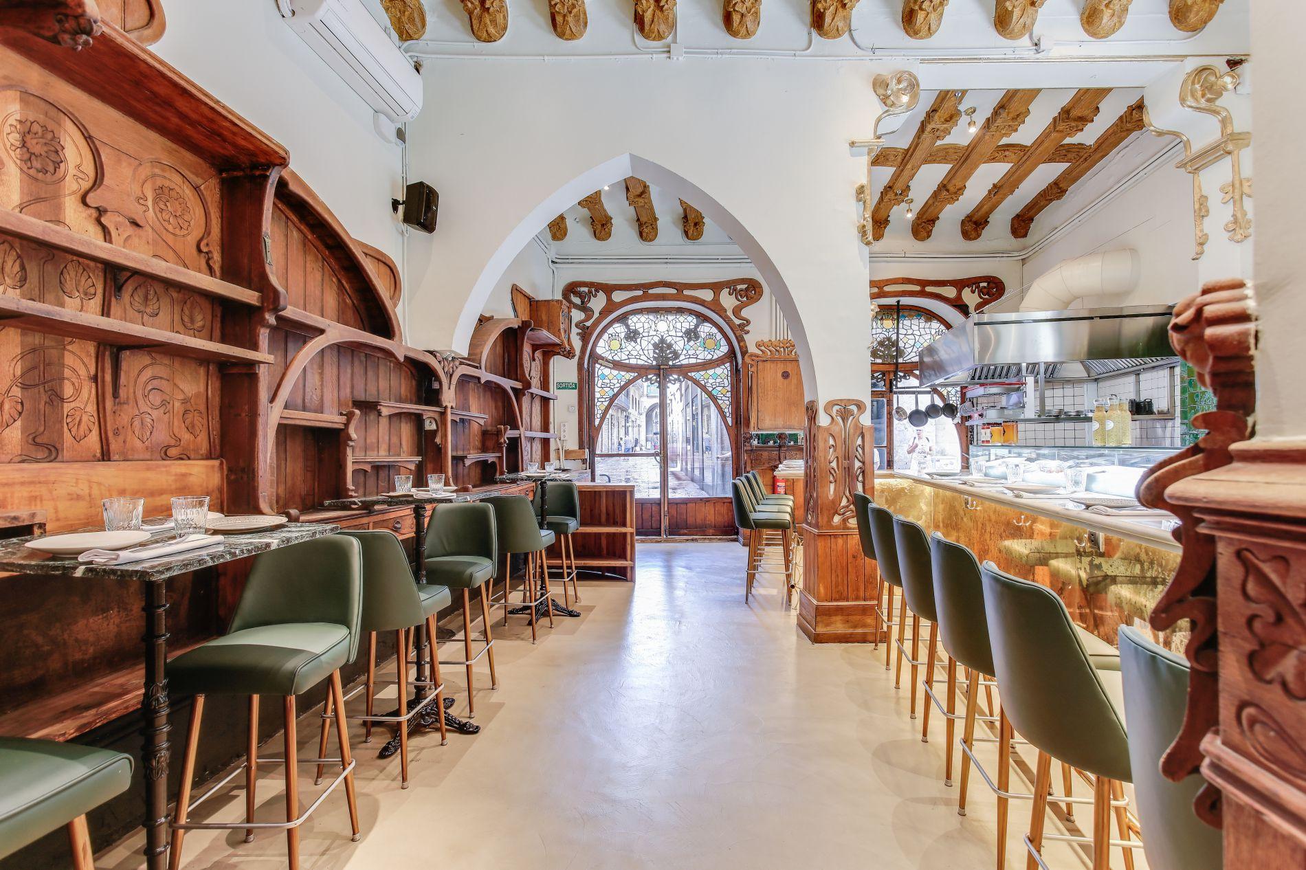 El chef le ha dado protagonismo a la larguísima barra de este local protegido y modernista. Foto: Grill Room Bar Thonet.